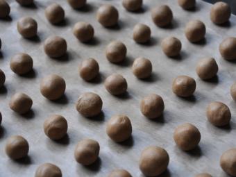 Deegballetjes maken - Hollandse Kruidnootjes